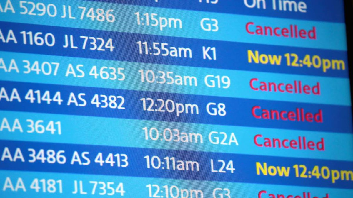 Snow causes cancellation of 1,100 flights at Chicago airports
