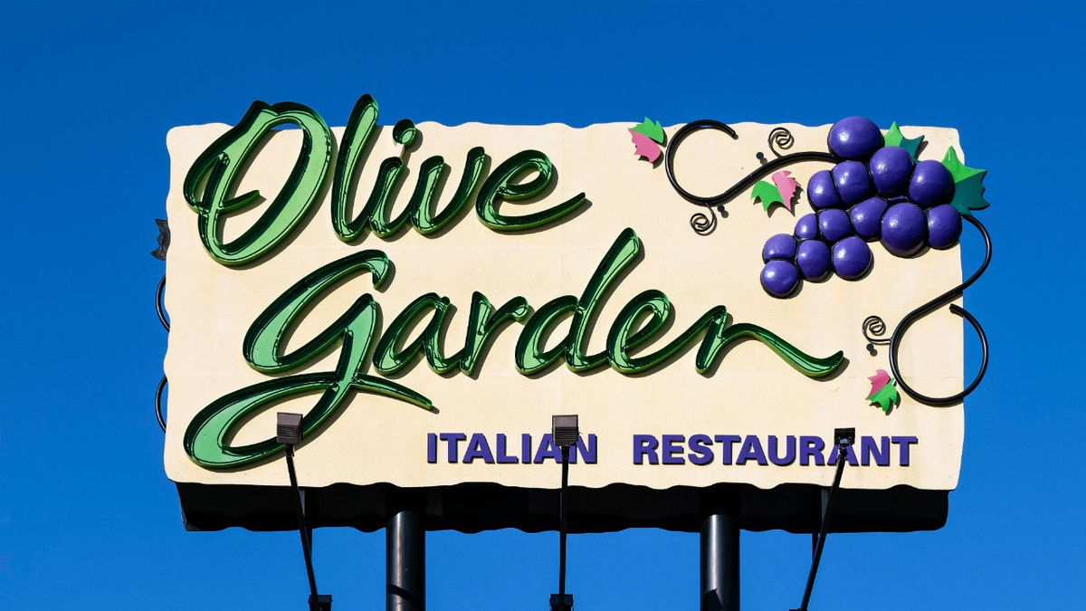 Olive Garden server wows patrons with his rendition of 'Happy Birthday'